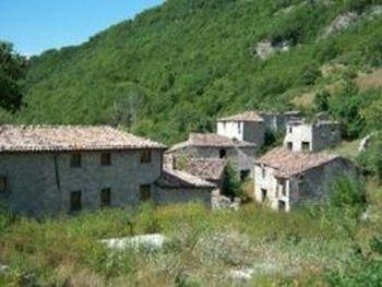 Средневековый город Валле Пиола продаётся в Италии. Фото с newsland.ru