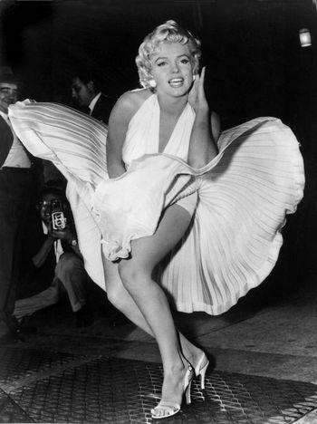 Мэрилин Монро вновь появилась на улицах Америки. Фото с corset.com.ua