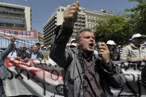 В Афинах 27 апреля вечером прошли демонстрации протеста против стабилизационных мер правительства и помощи МВФ. Фото: LOUISA GOULIAMAKI/AFP/Getty Images
