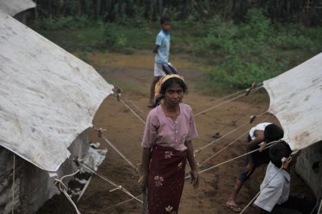Мусульмане рохингья переместились в палатки на окраины Ситтве. Фото: STR/AFP/GettyImages