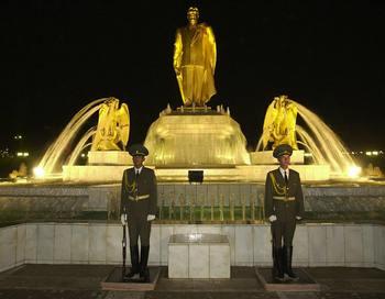 В Туркмении 12-метровая позолоченная статуя Туркменбаши будет демонтирована. Фото:  OLIVIER MATTHYS/AFP/Getty Images