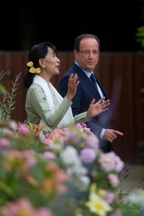 Аун Сан Су Чжи  встретилась с президентом Франции Франсуа Холландом. Фоторепортаж. Фото: Antoine Antoniol/Getty Images