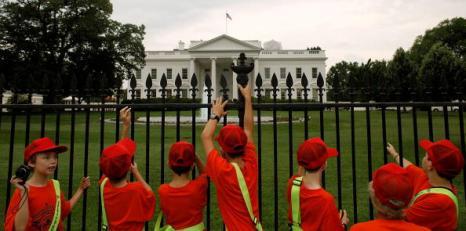 Перед выступление Барака Обымы по телевидению по вопросу экологической катастрофы участники безопасности, работающие на побережье Мексиканского залива,  собрались у забора на северной стороне Белого дома 15 июня 2010 в Вашингтоне, округ Колумбия.  Фото: Chip Somodevilla/Getty Images