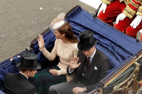 Принцы Уильям и Гарри и  Екатерина, герцогиня Кембриджская, в честь празднования бриллиантового юбилея королевы Елизаветы II приветствуют своих подданных. Фоторепортаж. Фото: Dan Kitwood/Getty Images