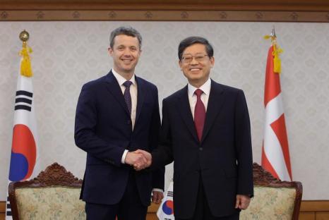 Принц Дании Фредерик и премьер-министр  Южной Кореи Ким Хван-Шик. Фоторепортаж. Фото: Chung Sung-Jun/Getty Images