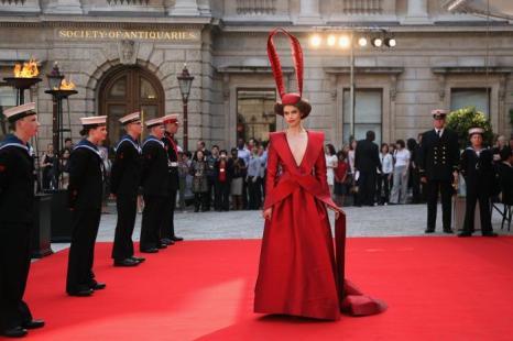 Гости в Королевской академии искусств на церемонии Celebration of the Arts. Гостья. Фоторепортаж.  Фото: Carl Court  WPA Pool/Getty Images