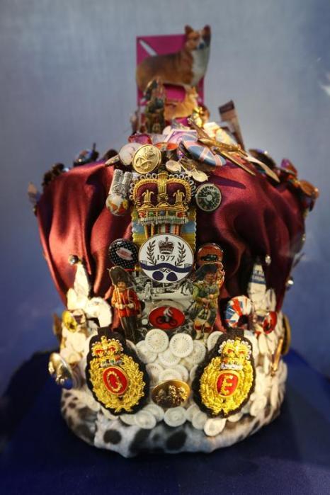 Фасад универмага  Harrods обновлён к юбилею правления британской королевы. Корона от брэнда Paul Smith.  Фоторепортаж. Фото: Peter Macdiarmid/Getty Images