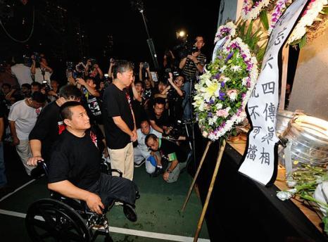 Фан Чжэн, переживший жестокое преследование китайского режима во время студенческого восстания в 1989 году, впервые лично посетил мемориал. Ноги Фана были изуродованы в результате того, что танк проехал по нему. Фото: Sung Pi Lung/The Epoch Times