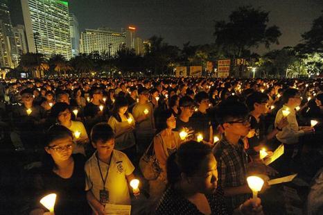Более 180 000 участников в  Парке Виктории, Гонконге приняли участии в акции, посвящённой 23-й годовщине бойни на площади Тяньаньмэнь, в память погибших студентов во время массовых демонстраций 4 июня 1989 года в Пекине. Sun Qing Tian/The Epoch Times
