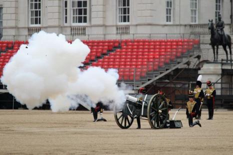 Артиллерийскими залпами  из 41-пушечного салюта Royal Salute конной гвардии 2 июня 2012 года возвестили начало празднования юбилея правления королевы Елизаветы II. Фоторепортаж. Фото: Michael Buckner, Dan Kitwood, Oli Scarff  /Getty Images