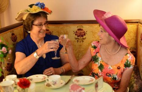 Юбилей правления королевы Елизаветы II отмечают и в  кафе Rose Tree Cottage в Пасадене, Калифорния. Фоторепортаж. Фото: Michael Buckner, Dan Kitwood, Oli Scarff  /Getty Images