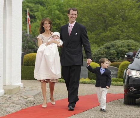 Королевская семья Дании приняла участие в крещении принцессы Атены.  Принц  датский Иоаким, принцесса Мария, принц Хенрик  с маленькой принцессой Атеной.  Фоторепортаж. Фото: Christian Augustin/Getty Images