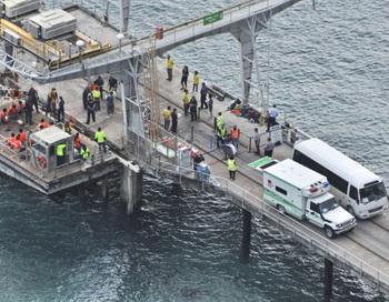 Спасенные беженцы доставлены на остров Рождества, принадлежащий Австралии после крушения их судна 22 июня 2012. Фото: Scott Fisher/Getty Images