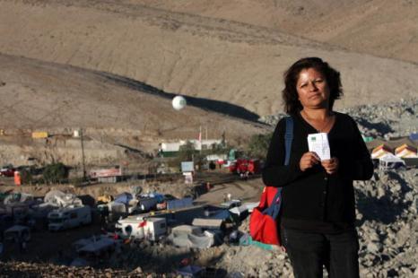 К чилийским  шахтерам спасатели пробурили скважину. Родствиники с надеждой ждут спасения дорогих людей. Фото: HECTOR RETAMAL/AFP/Getty Images
