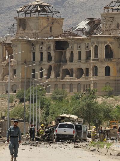 На месте взрыва, где  террористом-смертником был совершен теракт, военные и полиция проводят оперативную работу. Вывозят раненых и тела погибших. Район блокирован военными и полицейскими. Фоторепортаж.  Фото: SHAH MARAI/AFP/Getty Images