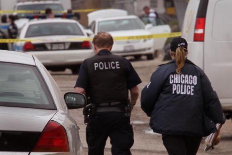 Тела трех убитых мужчин испанского происхождения были обнаружены в белой Тойоте (Toyota) в Чикаго, штат Иллинойс, США 18 мая. Фоторепортаж. Фото: Scott Olson/Getty Images