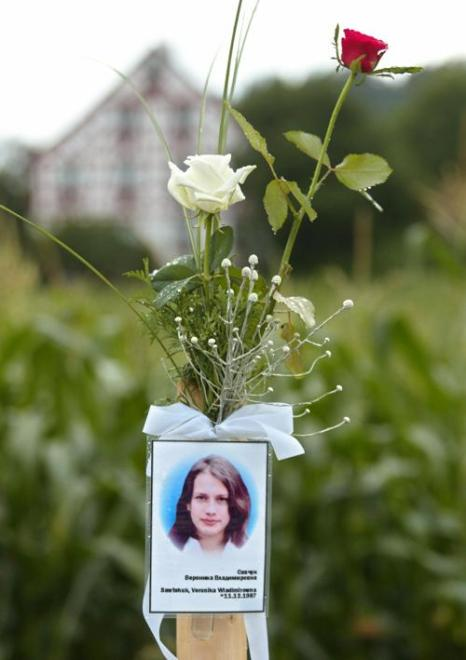 На месте автокатастрофы в  Юберлинген  около Боденского озера, Германия, 30 июня 2003 года. Фоторепортаж. Фото:  MICHAEL LATZ/AFP/Getty Images