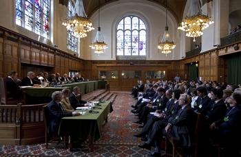 Гаагский суд начал слушания по иску Грузии против России в связи с военным конфликтом в августе 2008 года. Фото: Gerald van Daalen/AFP/Getty Images