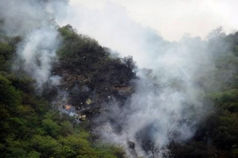 Самолет, Исламабад. Найдены 45 человек выживших при крушении авиалайнера. Фото: AAMIR QURESHI/AFP/Getty Images