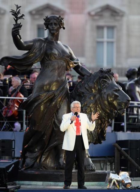 Концерт звезд  в честь бриллиантового юбилея  прошёл в Букингемском дворце. Sir Rolf Harris. Фоторепортаж. Фото: Dan Kitwood/Getty Images
