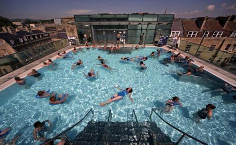 Британцы наслаждаются тёплой погодой. Фоторепортаж. Фото: Oli Scarff, Matt Cardy/Getty Images