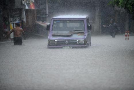 Наводнение в Маниле. Проливные дожди выгнали десятки тысяч людей из их домов в столице Филиппин Маниле 7 августа 2012 г. Фото: Dondi Tawatao,NOEL CELIS/AFP/GettyImages