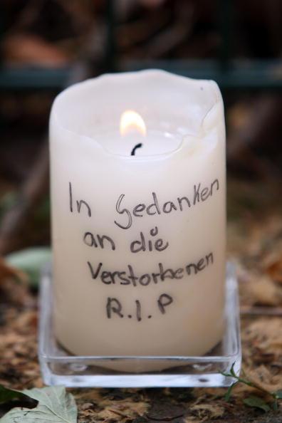 Дуйсбург, Германия. В память о погибших на фестивале Love Parade зажжены свечи и возложены цветы. Фоторепортаж. Фото: Christoph Reichwein/Getty Images