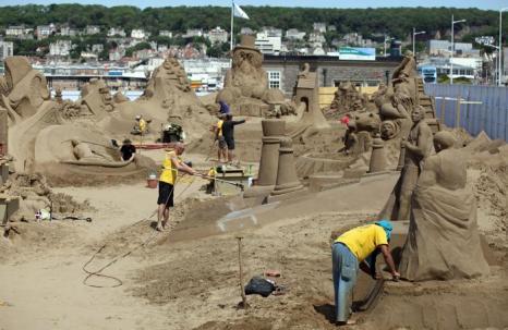 Скульптура из песка королевы Елизаветы II на фестивале песчаных  скульптур в Уэстон-Супер-Маре. Фоторепортаж. Фото: Matt Cardy/Getty Images