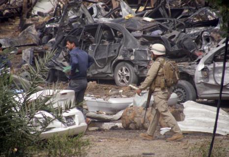 Теракты в Багдаде. Второй взрыв, унесший жизни девяти человек, прогремел в районе Мансур  Фоторепортаж. Фото: KHALIL AL-MURSHIDI/AFP/Getty Images