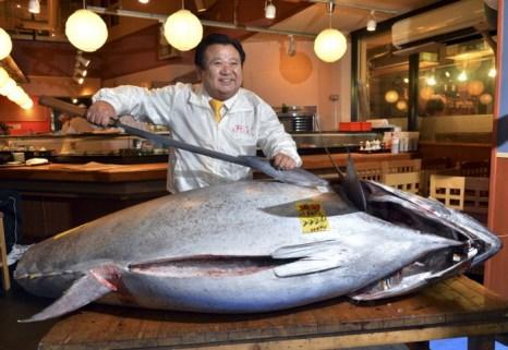 В Токио на оптовом рыбном рынке Цукидзи был продан гигантский тунец весом 222 килограмма за 155.4 миллиона иен (около 1.79 миллиона долларов). Фото: YOSHIKAZU TSUNO/AFP/Getty Images