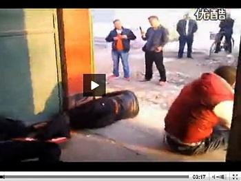 В провинции Хэнань отец и сын, которые практикуют боевые искусства с детства, отбились от трёх десятков бандитов, которые пытались выгнать из дома семью, чтобы начать незаконный снос. Фото с сайта theepochtimes.com
