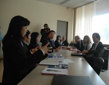 Мэй Сюань (слева), исполнительница сольных номеров на эрху в труппе Shen Yun Performing Arts, встречается с профессором Манфредом Новаком, Специальным докладчиком ООН по вопросам пыток.  Фото с сайта clearwisdom.net