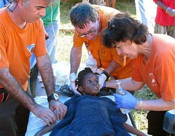 Шестилетняя девочка была спасена на Гаити - в течение шести дней она была погребена под обломками. Фото с сайта theepochtimes.com