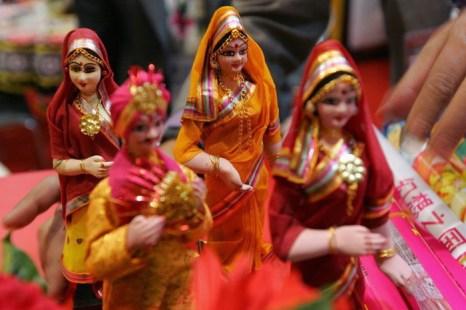 Красочные индийские куклы используются в качестве украшений или подарков, и традиционно изготавливаются женщинами в домашних условиях. Фото: Frederic J. Brown / AFP / Getty Images
