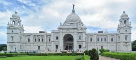 Величественное сооружение Victoria Memorial (Мемориал Виктории) из белого мрамора, созданное по образцу Тадж-Махала, представляет уникальную смесь лучшего из классической европейской архитектуры и архитектуры Mughal (Великих Моголов). В настоящее время он служит музеем и туристической достопримечательностью. Фото: Arun Ganesh/Wikimedia Common