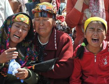 Бойня в Киргизии. Временное правительство не справляется с беспорядками.  Фото: VYACHESLAV OSELEDKO/AFP/Getty Images