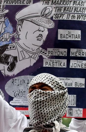 Мусульманская  молодежь движения GPI проводит  демонстрацию протеста. Фото: ADEK BERRY/AFP/Getty Images