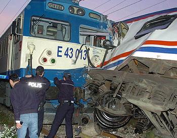 В Турции столкнулись два пассажирских поезда. Фото с сайта cnnturk.com