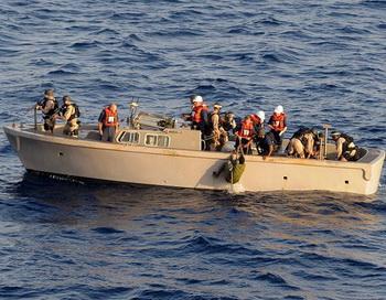 Досмотр лодки сомалийских пиратов. Фото: Mass Communication Specialist 2nd Class Jason R. Zalasky/U.S. Navy via Getty Images
