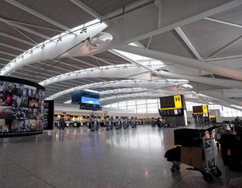 Безлюдный пятый терминал в аэропорту Хитроу. Забастовка персонала авиакомпании British Airways продолжается. Фото: Oli Scarff/Getty Images