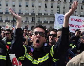 Демонстранты протестуют перед зданием парламента в Афинах с требованием разрешить кризис. Фото: John Moore/Getty Images