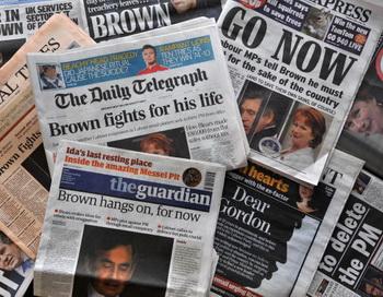 Титульные страницы британских газет. Фото: STRINGER/AFP/Getty Images