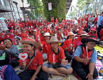 Антиправительственная демонстрация «краснорубашечников» в столице Таиланда Бангкоке. Фото: PORNCHAI KITTIWONGSAKUL/AFP/Getty Images