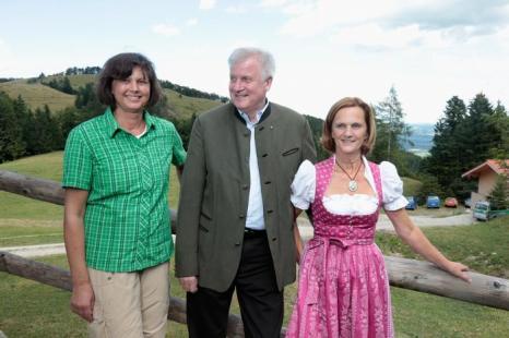 Министр сельского хозяйства Германии Ильзе Айгнер посмотрела традиционную альпийскую жизнь в Баварии 31 июля 2013 года. Фото: Johannes Simon/Getty Images