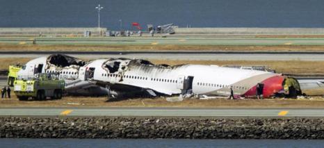 Пассажирский самолёт Boeing-777 потерпел крушение в Сан-Франциско 6 июля 2013 года. Погибло 2 человека, 181 пострадало.  Фото: Kimberly White/Getty Images
