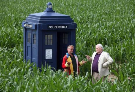 Британский фермер Том Пирси (п) вырубил в Йорке лабиринт в честь 50-летия сериала «Доктор Кто». Фото: Kippa Matthews/David Leon/Partners PR via Getty Images
