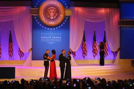 Президент США Барак Обама и первая леди Мишель Обама танцуют с военнослужащими на инаугурационном балу в Вашингтоне, 22 января 2013 года. Фото: Joe Raedle / Getty Images