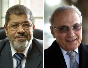 Мухаммед Мурси и Ахмед Шафик. Фото: KHALED DESOUKI/AFP/GettyImages