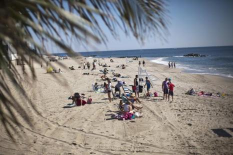 Жители Нью-Джерси вышли на открытие восстановленных после урагана Сэнди пляжей в День поминовения в США. Фото: Kena Betancur/Getty Images