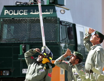 Сотрудники полиции наблюдают пожар. Фото: KARIM SAHIB/AFP/Getty Images